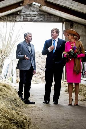 21. Feburuar 2017  Umziehen vor dem Besuch im Kuhstall? Nein, Königin Máxima bleibt wie sie ist. So setzt sie pinkte Akzente zwischen den schwarz-weißen Wiederkäuern.