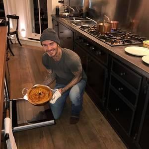 Die Küche von Familie Beckham ist eine Mischung aus Modern und Rustikal. Holzdielen machen die Küche gemütlich, ein Gasherd und Kupfertöpfe unterstreichen, dass die Küche auch wirklich genutzt wird. Aber das zeigen auch die Kochkünste von David Beckham, der für seine Kids Hähnchen mit Lauchpastete gezaubert hat.