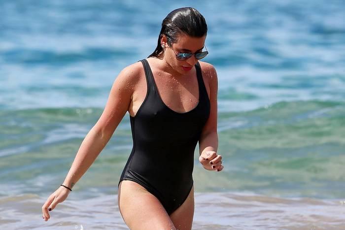 So sexy kann also ein schwarzer, schlichter Badeanzug sein! Sängerin Lea Michele macht in ihren Ferien auf Hawaii eine mehr als gute Figur und hat mächtig Spaß in den Fluten.