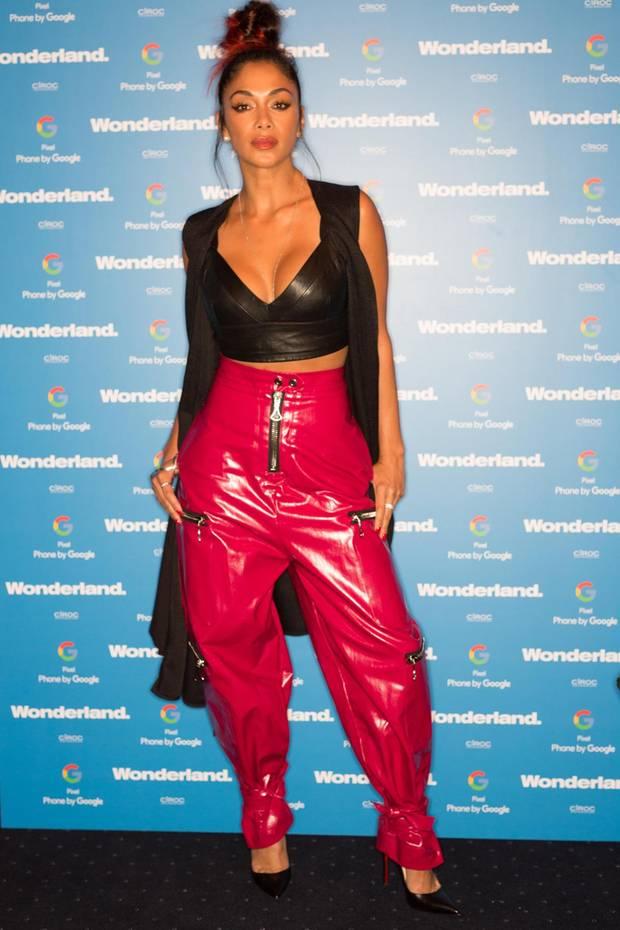 """Wenn der Baggie-Look der 90er auf Plastik, Schnüre, grobe Reißverschlüsse und schlechten Geschmack stößt, ist Nicole Scherzinger nicht weit. Zu der Fashionweek-Party vom """"Wonderland Magazine"""" kommt sie in einer knallroten Vinyl-Hose, die vielleicht Hip-Hop, nicht aber hip ist."""