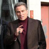 """21. Februar 2017  John Gotti gilt neben Al Capone als eines der bekanntesten Mitglieder der italienischen Mafia und war das Oberhaupt der Gambino-Familie. John Travolta spielt in dem Film """"The Life and Death of John Gotti"""" den Mafiosi. Auf dem Bild ahnt man schon in welche Richtung dieser Film gehen wird. Regisseur ist Kevin Conolly."""
