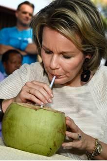 21. Februar 2017  Königin Mathilde, Ehrenpräsidentin von UNICEF Belgien, nimmt an einer humanitären Mission in Laos teil. Bei der Hitze freut sie sich über frisches Kokoswasser.