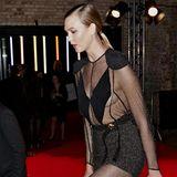"""In diesem tollen Kleid von Louis Vuitton besucht Karlie Kloss den """"The Naked Heart Foundation's Fabulous Fund Fair"""" in London. Eigentlich ist bei Kleidern mit Cut-outs dieser Größe ein Fauxpas vorprogrammiert. Die durchsichtigen Stellen geben die Sicht auf Karlies nackte Brust frei, die aber auch ohne BH am richtigen Ort zu sitzen scheint."""