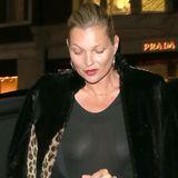 """Kate Moss verlässt in einem komplett durchsichtigen Oberteil ein Restaurant im Londoner Nobelviertel """"Knightsbridge"""". Zu diesem Look trägt Kate nur minimales Make-up. Lohnt ja auch nicht, ihrem Gegenüber ist es wahrscheinlich eh schwer gefallen, ihr überhaupt ins Gesicht zu gucken."""