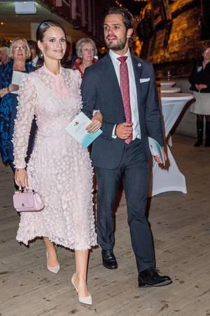 Zum zarten, rosafarbenen Chiffonkleid von Ida Sjöstedt kombiniert Prinzessin Sofia stilsicher wie eh und je nudefarbene Kitten-Heels und eine kleine Henkel-Clutch von Dolce & Gabbana.