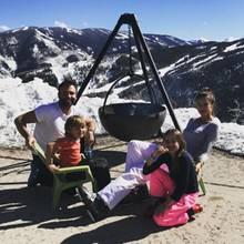21. Februar 2017  Familienurlaub in den Bergen. Mit ihrer zauberhaften Familie stärkt sich Alessandra Ambrosio am Grill.