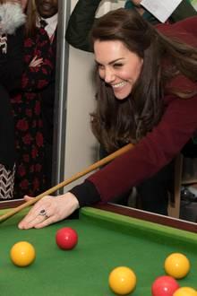 Treffsicher beim Billard hat Herzogin Catherine mächtig Spaß.