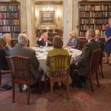 Zum Tee lädt Herzogin Camilla gerne in die Bibliothek ein, die ebenso lauschig eingerichtet ist wie der Rest von Clarence House.