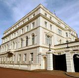 Clarence House, die offzielle Residenz von Prinz Charles in der britischen Haupstadt, liegt ganz in der Nähe des Buckingham Palace. Zusammen mit dem St. James's Palace bildet es einen Gebäudekomplex. Erbaut wurde es in den 1820er Jahren von John Nash.  Bis zu ihrem Tod im Jahr 2002 nutzte Königin Elizabeth (Queen Mum) das vierstöckige Gebäude als Wohnsitz.