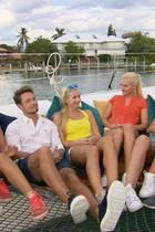 Auf einer Katamaran-Tour versucht Sebastian mehr über die Ladys herauszufinden.