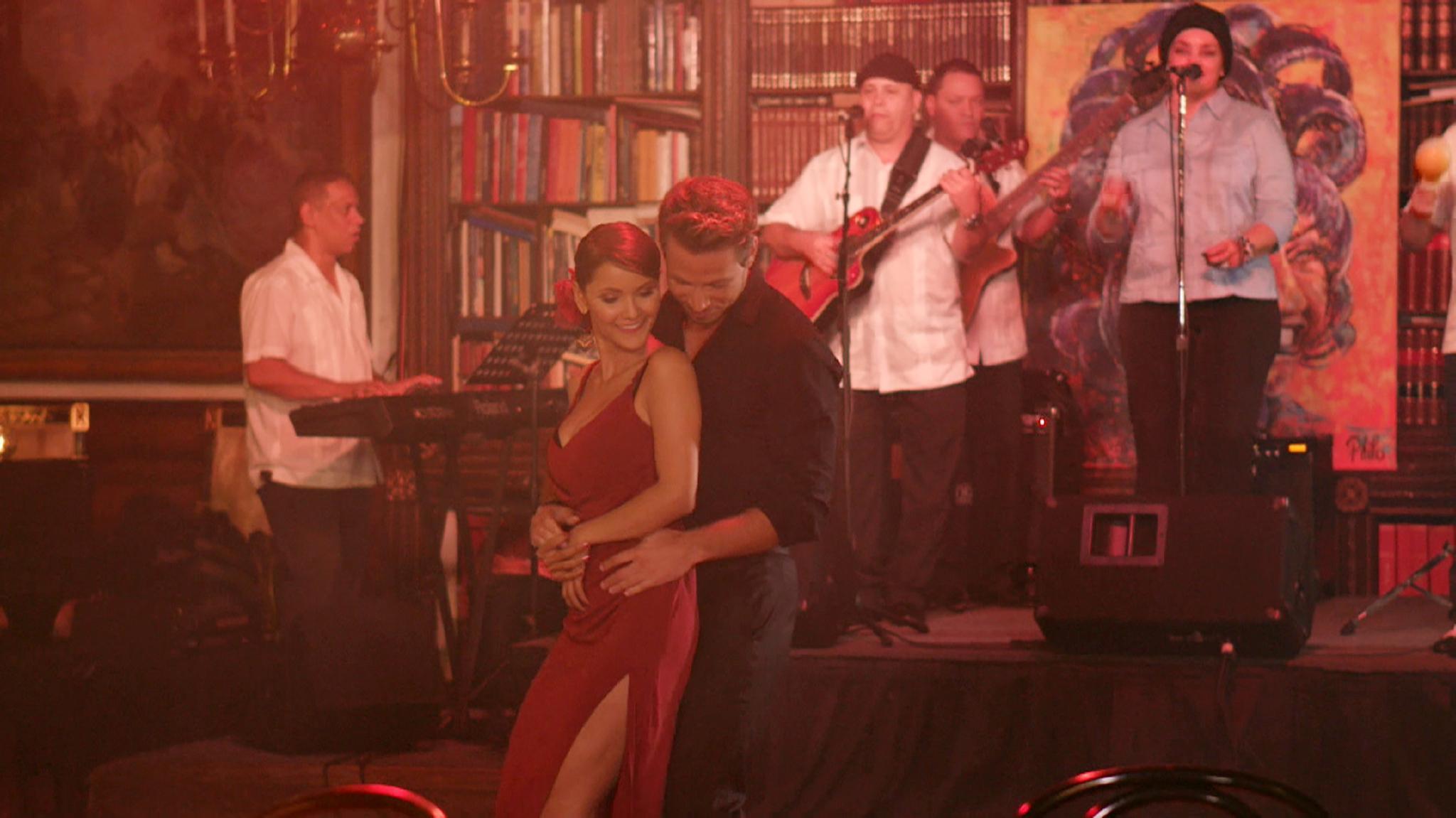 Kattia und Sebastian kommen sich beim Salsa tanzen näher.
