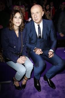 It-Girl Alexa Chung darf neben dem Gucci-Boss Marco Bizzarri Platz nehmen. Bevor die Show anfängt, plaudern und posieren sie noch ein wenig.
