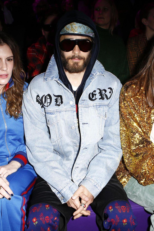 Wer sich zwischen die schöne Charlotte Casiraghi und ihre Freundin Juliette Maillot setzt, muss damit rechnen, dass er doch erkannt wird. So bleibt Jared Leto jedenfalls nicht unerkannt.