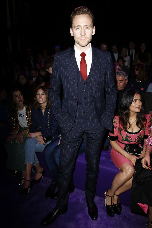 Tom Hiddleston gibt bei der Gucci-Show wie immer den Gentleman. Im schicken Anzug gesellt er sich zu Salma Hayek, Alexa Chung und Charlotte Casiraghi in die erste Reihe.