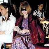 Vor allem während der Fashionweek ist Vogue-Chefin Anna Wintour extrem beschäftigt. Während der Schau richtet sie ihren Blick jedoch auf den Laufsteg, anstatt weiterhin Mails auf ihrem Smartphone zu checken.