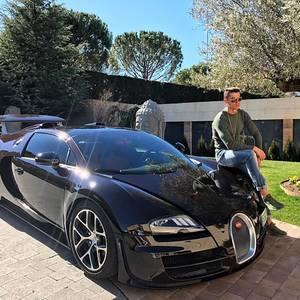 Seine Geschwindigkeitsmaschine: Dass Cristiano Ronaldo ein Faible für schnelle Autos hat, beweist er immer wieder. Diesmal ist es eines der Schnellsten auf dem Markt, der Bugatti Veyron 16.4. Das nötige Kleingeld für so einen 1200-PS-Flitzer hat der Weltfußballer auf jeden Fall, neu kostet es knapp 2 Millionen Euro.