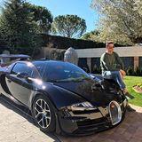 Seine Geschwindigkeitsmaschine: Dass Cristiano Ronaldo ein Faible für schnelle Autos hat, beweist er immer wieder. Diesmal ist es eines der Schnellsten auf dem Markt, der Bugatti Veyron 16.4. Das nötige Kleingeld für so einen 1200-PS-Flitzer hat der Weltfußballer auf jeden Fall, neu kostet er knapp 2 Millionen Euro.