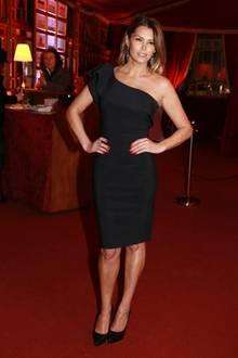 In einem schwarzen engen One-Shoulder Kleid zeigt sich Sabia sexy und schlank auf dem Palazzo Circus Charity Dinner und war sich für den guten Zweck auch nicht zu schade die Kellnerin zu spielen.