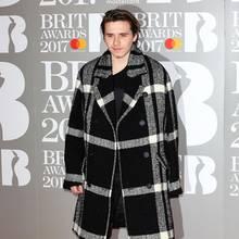 22. Februar 2017  Während der Brit Awards versteckte Brooklyn Beckham unter seinem stylishen Mantel eine grausige Verletzung...