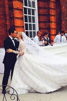 21. Februar 2017  Nicky Hilton gratuliert ihrem Ehemann James Rothschild mit dieser besonderen Erinnerung von ihrer Hochzeit. Ein inniger Kuss besiegelt ihre Zukunft. Mittlerweile krönt die Ehe Töchterchen Lily Grace Victoria.