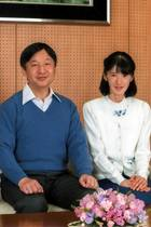 23. Februar 2017  Japans Thronfolger Naruhito wird 57 Jahre alt! Der Hof veröffentlicht ein neues Foto von ihm, Ehefrau Masako und Tochter Aiko. Die 15-Jährige trägt ihre Haare deutlich kürzer als zuvor.