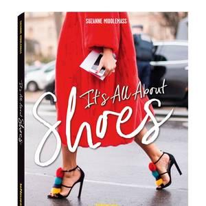 """O Sohle mio!Es gibt Bildbände, die wecken mit tollen Fotos Emotionen. Dieser bringt Fashionistas zum Weinen. Vor Glück! Es geht um das schönste aller Accessoires: Schuhe. Vintage-Heels, Bommel-Extravaganzen, Punk-Boots oder elegante Edelstilettos – Streetstyle-Fotografin Suzanne Middlemass hatte sie alle vor der Linse. """"It's All About Shoes"""", TeNeues, 256 S., 29,90 Euro (in Englisch und Französisch)"""