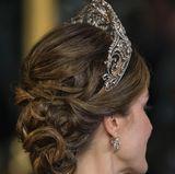 Die Seitansicht zeigt, dass das Diadem auf einer Art Haarreif sitzt, so dass es sicheren Halt in Letizias Haaren hat.