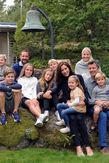 So sieht es aus, wenn sich die junge Generation der Royals trifft (v.l.): Erbgroßherzogin Stéphanie, Erbgroßherzog Guillaume, Prinzessin Victoria (mit Prinzessin Estelle), Prinz Christian, Prinz Haakon, Prinzessin Ingrid Alexandra, Prinzessin Isabella, Prinz Sverre Magnus, Prinzessin Mary (mit Prinzessin Josephine), Prinzessin Mette-Marit und Prinz Frederik (mit Prinz Vincent).