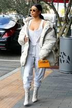 Extraknappes Spitzenmieder mit vorprogrammiertem Nippelblitzer, Jogginghose und übergroße Daunenjacke ist eine Fashion-Kombi, die selbst Kim Kardashian nicht unbedingt reißen kann.