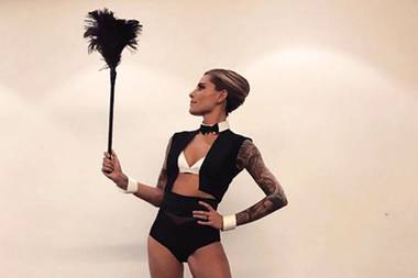 #secretproject - Sophia Thomalla macht es aktuell wirklich spannend. Auf ihrem Instagram-Account postet sie seit Wochen leicht bekleidete, mysteriöse Fotos. Dieses Mail posiert sie als sexy Butlerin. Doch was hat es damit auf sich?