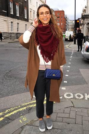 Lässig in London! Jessica Alba könnte mit diesem stylischen Look glatt als Modedesign-Studentin durchgehen.