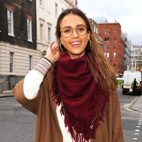 Lässig in London! Jessica Alba könnte mit diesem stylischen Look in warmen Herbstfarben glatt als Modedesign-Studentin durchgehen.