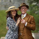 """17. Mai 2015  """"Harry Potter""""-Mime John Hurt freut sich mit seiner Frau Anwen gemeinsam über das Schmuckstück, das ihn gerade bei der Investitur von Queen Elizabeth umgehängt wurde: Er ist jetzt Ritter."""