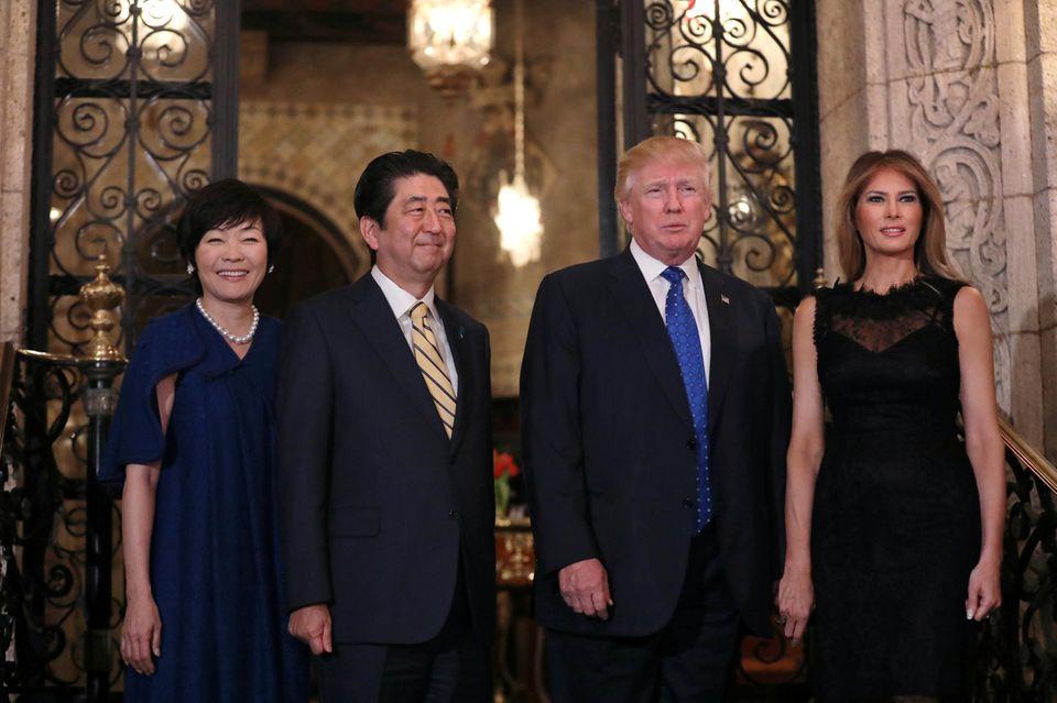Der japanische Premierminister Shinzo Abe und seine Frau Akie Abe mit Donald Trump und dessen Ehefrau Melania Trump