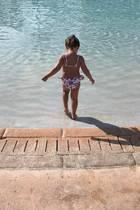 Sophia Rutland, die Tochter von Tamara Ecclestone und Jay Rutland, wagt sich auf den Bahamas ins kühle Nass. In ihrem stylischen Bikini ähnelt die fast Dreijährige ihrer Mama sehr.
