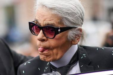 23. Februar 2017  Während der Mailänder Fashion Week überrascht der sonst eher steife Karl Lagerfeld mit ausgelassener Gesichtsakrobatik.