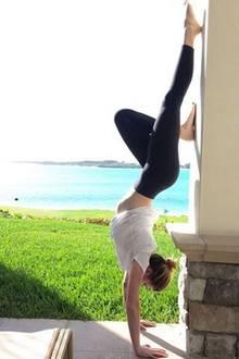 Entspannt in den Tag: Ireland Baldwin nutzt die Sonnenstunden, um vor traumhafter Ozean-Kulisse ein paar Yoga-Übungen zu machen.