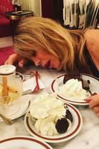 Nach einem Eisbecher und Torte mit Sahne fällt Goldie Hawn ins Fresskoma.