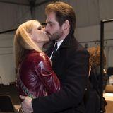 Michelle Hunziker und ihr Tomaso scheinen bei der Trussardi Show etwas abgelenkt.