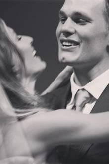 """26. Februar 2017  Auch Ehemann Tom Brady ließ es sich nicht nehmen, ein Hochzeitsfoto mit seinen Fans zu teilen. Die Bildunterschrift eine Liebeserklärung an seine Frau Gisele: """"Und Du hast mich seitdem immer wieder zum Lachen gebracht. Alles Liebe zum Hochzeitstag, Liebe meines Lebens! Feliz aniversário! Te amo."""""""