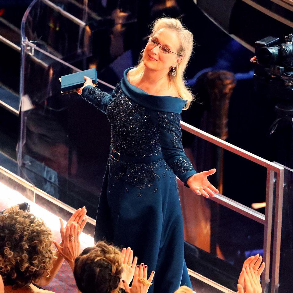 Eigentlich hätte sie in einem Chanel-Kleid bei der Oscar-Verleihung erscheinen soll. Dass sie sich für die schulterfreie blaue Robe von Elie Saab entschieden hat, löste einen handfesten Streit zwischen Meryl Streep und Karl Lagerfeld aus.