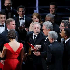 """Großer Schock-Moment am Ende der Verleihung: """"La La Land"""" wird schon als """"Bester Film"""" gefeiert. Doch dann stellt sich heraus, dass der Oscar irrtümlich vergeben wurde. Der eigentliche Gewinner heißt """"Moonlight""""."""