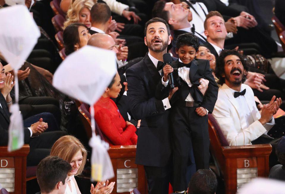 Jimmy Kimmel hilftSunny Pawar ein paar Süßigkeiten zu fangen.
