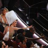 Auch Emma Stone versucht einen der Fallschirme zu ergattern.