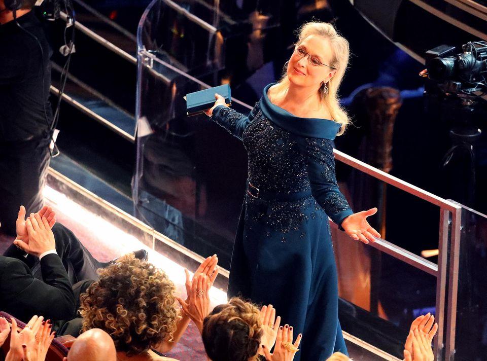 Meryl Streep wird wegen Donald Trumps fragwürdiger Aussage über ihre schauspielerischen Leistungen vom Publikum gefeiert.
