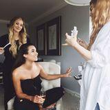 Schminke, Champagner, Girls-Talk: Lea Michele genießt die Zeit vor der Aftershow-Party mit ihrer Make-up-Artistin Lauren Andersen und Hair-Stylistin Sarah Potempa.