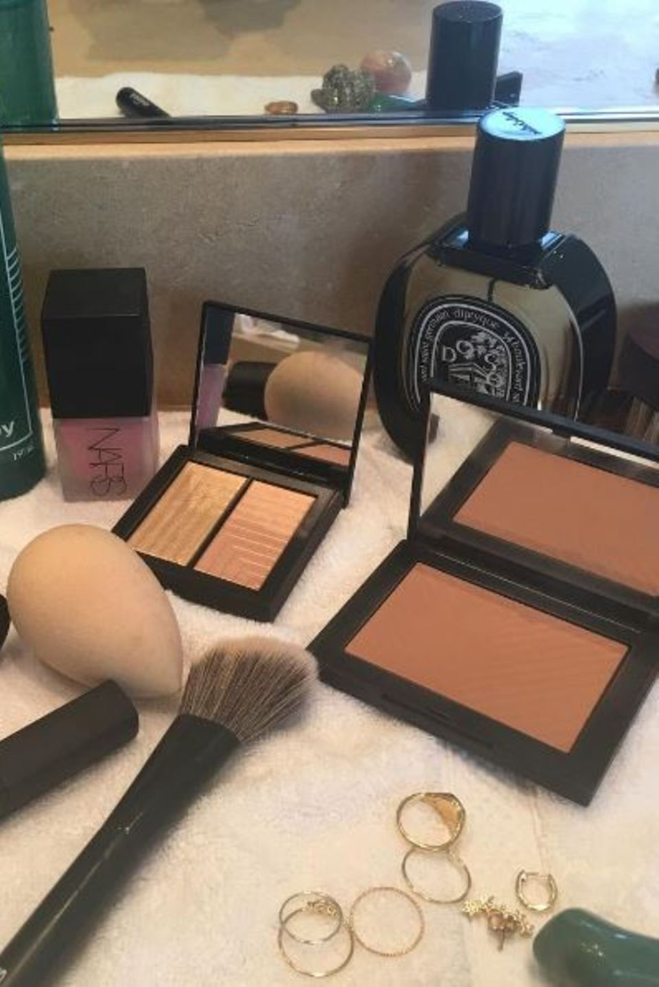 """Zusätzlich zu dem Lippenstift """"Mona"""" von NARS verwendet Rachel Goodwin noch einige andere Produkte des Beauty-Labels für Emma Stones perfekten Look. Bronzer, Highlighter, Foundation - sie setzt vor allem auf einen Glow-Teint."""