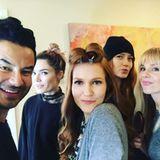 Duckface, please! Darby Stanchfield posiert mit ihrem Make-up-Team während der Vorbereitungen für ein Selfie.