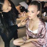 Glamourös geht es bei Model Josephine Skriver zu. In Unterwäsche und Seidenmantel lässt sie sich einen edlen Look zaubern.