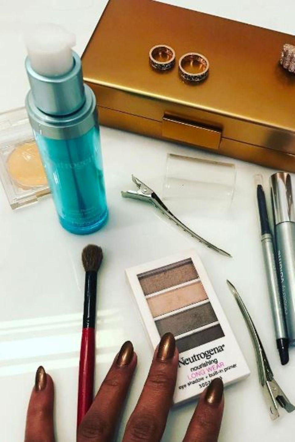 """Zusammen mit Make-up-Profi Carola Gonzalez bereitet sich Kerry Washington auf die Oscars vor. Damit ihr Teint nicht zu müde wirkt und sie die ganze Nacht am Strahlen ist, haben sich die zwei Frauen für die """"Hydra Booster"""" von Neutrogena entschieden."""